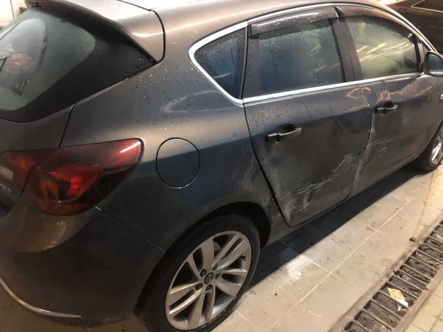 Фото повреждений дверей и крыла Opel